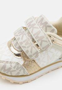 MICHAEL Michael Kors - BILLIE JOGGER - Sneakers basse - vanilla/gold - 5