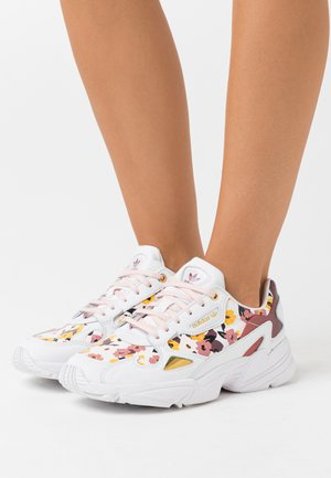 Sneaker low - footwear white/pink tint/gold metallic