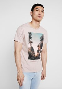 Burton Menswear London - CITY PLACEMENT GRAPHIC ECHO LIGHT  - T-Shirt print - pink - 0