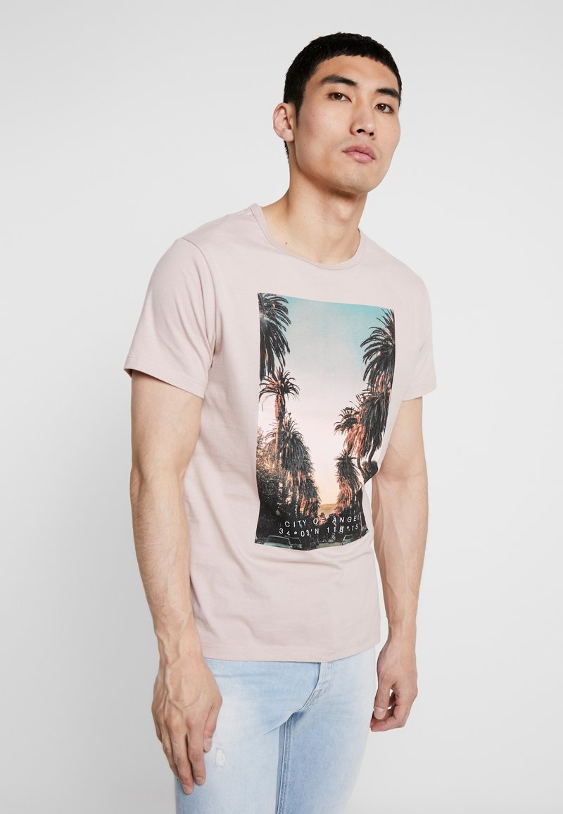Burton Menswear London - CITY PLACEMENT GRAPHIC ECHO LIGHT  - T-Shirt print - pink