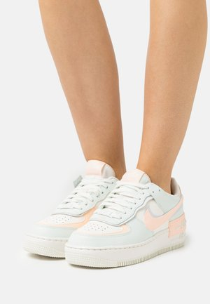 AIR FORCE 1 SHADOW - Matalavartiset tennarit - sail/barely green/crimson tint/photon dust/sail