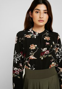 ONLY Petite - ONLNEW MALLORY  BLOUSE - Blouse - black/cd flower - 4