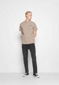 Hummel Hive - FERIE UNISEX - T-shirts med print - driftwood - 1