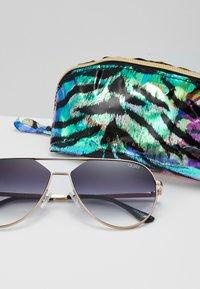 QUAY AUSTRALIA - HOLD PLEASE - Sunglasses - gold-coloured - 1