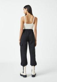 PULL&BEAR - Teplákové kalhoty - black - 2