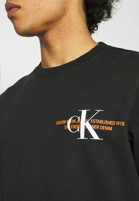 Calvin Klein Jeans - URBAN GRAPHIC LOGO CREW NECK UNISEX - Collegepaita - black - 4