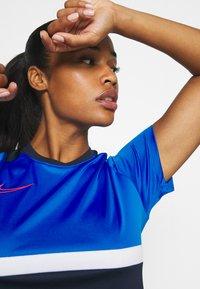 Nike Performance - DRY - T-shirts med print - obsidian/soar/white/laser crimson - 3