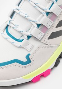 adidas Performance - TERREX HIKSTER - Outdoorschoenen - crystal white/core black/hi-res yellow - 5