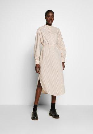 KIARA DRESS - Denní šaty - praline