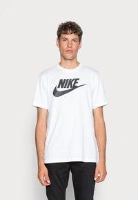 Nike Sportswear - TEE ICON FUTURA - T-shirt con stampa - white/black - 0