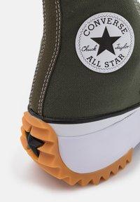 Converse - RUN STAR HIKE RECYCLED UNISEX - Sneakers hoog - cargo khaki/white/black - 5