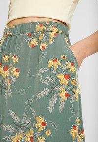 Monki - MANDY SKIRT - Falda larga - green flower - 4