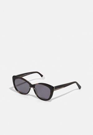 MAKENNA - Sluneční brýle - black