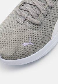 Puma - ANZARUN LITE - Trainings-/Fitnessschuh - limestone/white/light lavender - 5