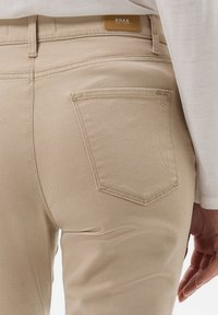 BRAX - STYLE MARY - Jeans slim fit - sand - 4