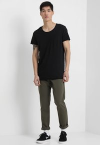 Jack & Jones - JJEBAS TEE - T-shirt - bas - black - 1