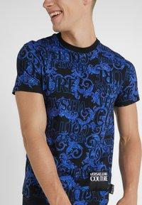 Versace Jeans Couture - BAROQUE - T-shirt med print - black/blue - 6