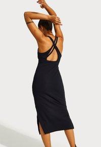Sweaty Betty - SWEATY BETTY X HALLE BERRY EMILY STRAPPY BACK DRESS - Žerzejové šaty - black - 2