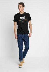 Levi's® - 2 HORSE GRAPHIC TEE - Print T-shirt - black - 1