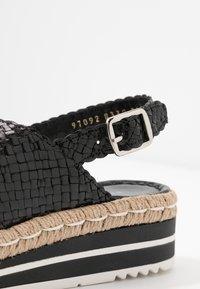 Pons Quintana - Korkeakorkoiset sandaalit - black - 2
