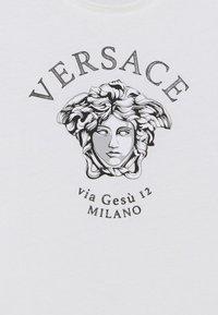 Versace - SHORT SLEEVES RUBBERIZED UNISEX - Print T-shirt - white/black - 2