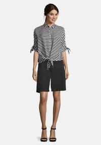 Betty Barclay - MIT STREIFEN - Button-down blouse - weiß/schwarz - 1
