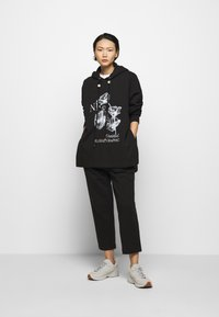 Mother of Pearl - PRINTED HOODIE WITH THICK - Mikina skapucí - black - 1