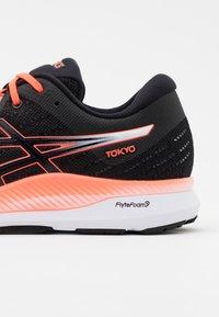 ASICS - EVORIDE - Chaussures de running neutres - black/sunrise red - 5