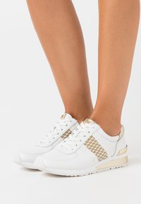 MICHAEL Michael Kors - ALLIE WRAP TRAINER - Baskets basses - optic white/gold - 0