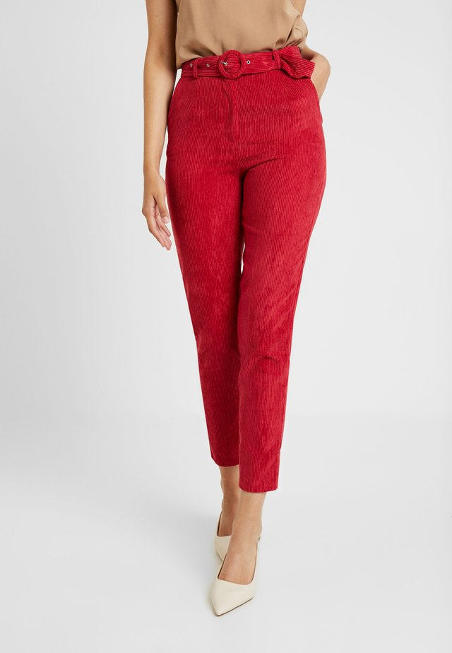 HIGH WAISTED BELTED TROUSERS - Trousers - oxblood