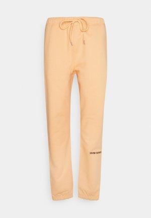 LOGO PANTS UNISEX - Pantalon classique - pantone apricot