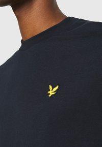 Lyle & Scott - FAIRISLE - T-shirt med print - dark navy - 5