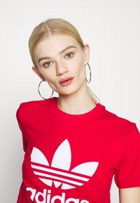 adidas Originals - TREFOIL TEE - Triko spotiskem - scarlet - 3
