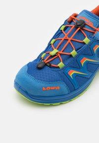 Lowa - MADDOX GTX LO JUNIOR UNISEX - Hiking shoes - royal/limone - 5