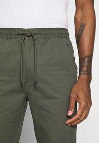 Burton Menswear London - SLIM WASHED - Trainingsbroek - khaki - 5