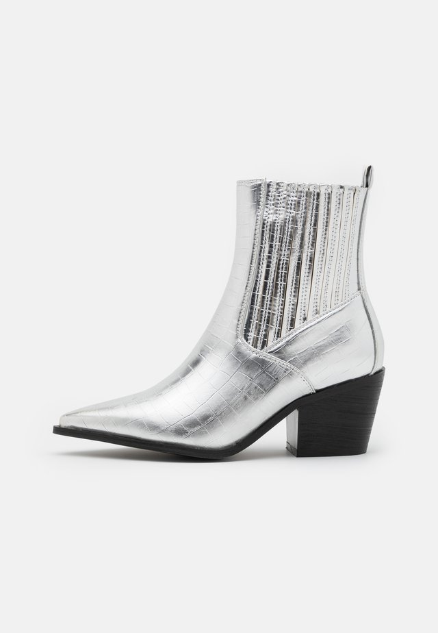 WIDE FIT ROCCO - Cowboy/biker ankle boot - silver