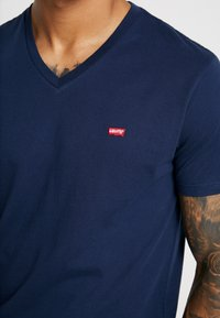 Levi's® - VNECK - T-shirt z nadrukiem - dress blues - 4