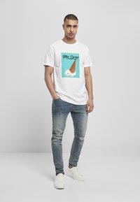 Mister Tee - MIC DROP  - Print T-shirt - white - 1