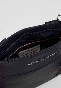 Tommy Hilfiger - ESSENTIAL MINI CROSSOVER - Sac bandoulière - blue - 4