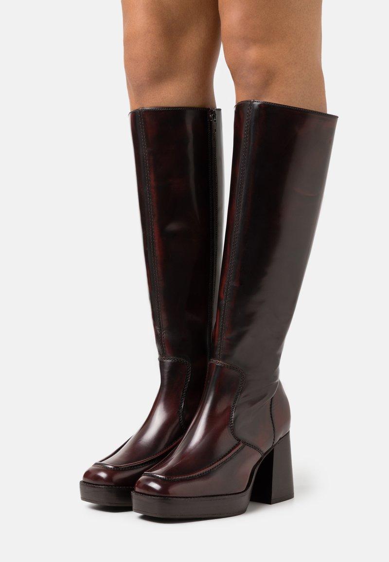 Topshop - TOKYO HIGH LEG MID PLATFORM BOOT - Kozačky na platformě - burgundy