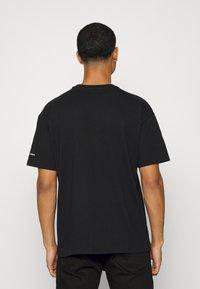 Converse - BASQUIAT ELEVATED TEE UNISEX - Camiseta estampada - black - 2