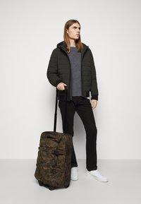 Filson - DRYDEN 2 WHEELED CARRY ON BAG - Wheeled suitcase - mottled olive - 0