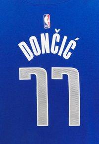 Nike Performance - NBA DALLAS MAVERICKS LUKA DONCIC JAMES BOYS ICON TEE - Klubové oblečení - game royal - 2