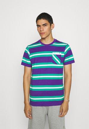 STRIPED POCKET TEE UNISEX - Print T-shirt - teal
