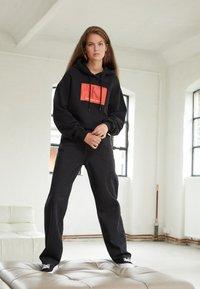 Calvin Klein Jeans - CROPPED HOODIE - Hoodie - black - 1