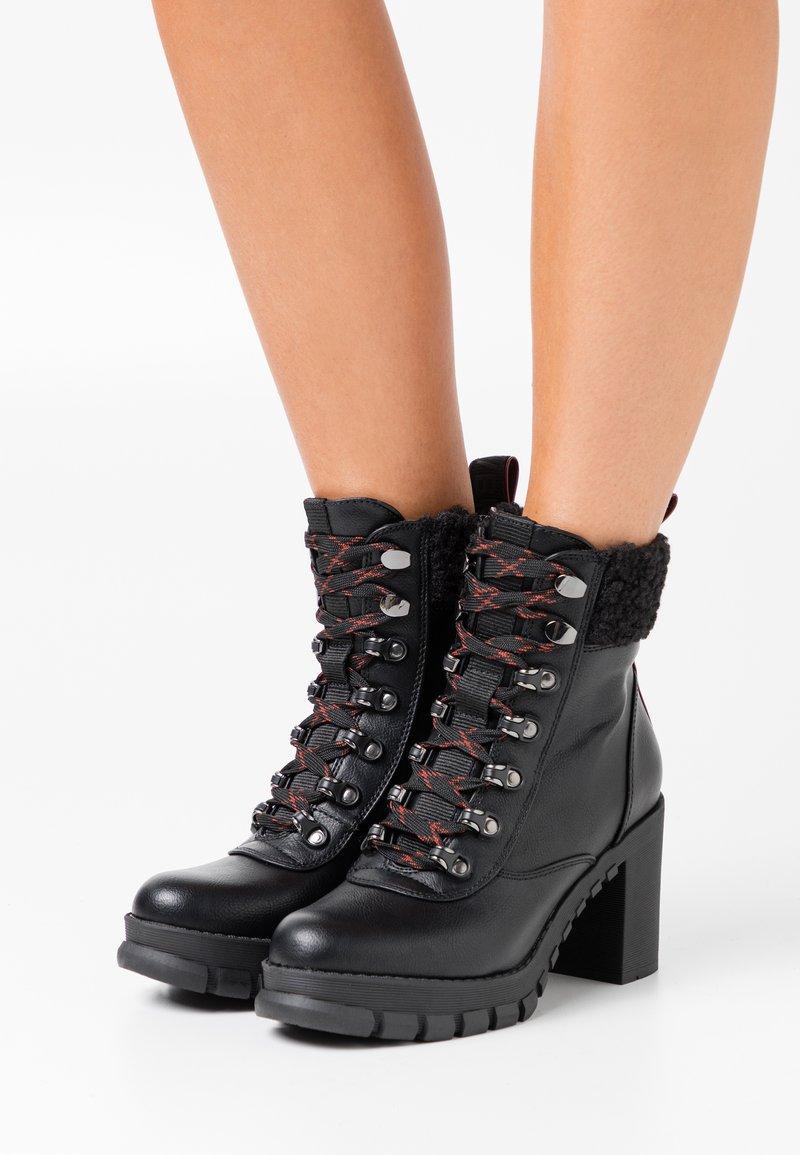 Buffalo - MILES - Kotníková obuv na vysokém podpatku - black