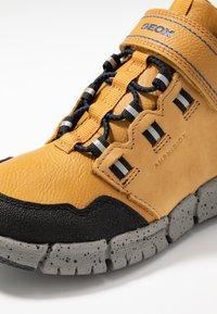 Geox - FLEXYPER BOY ABX - Sneakersy wysokie - dark yellow/royal - 2