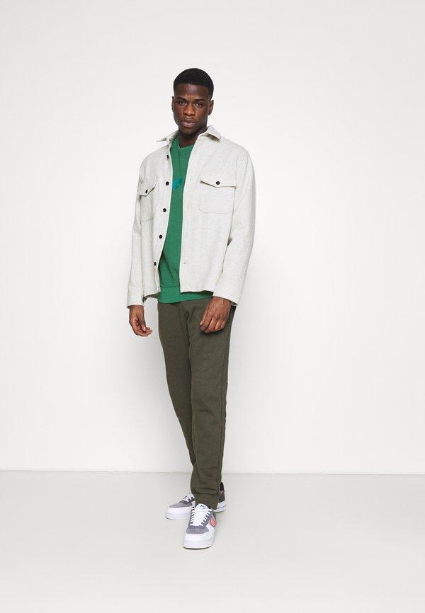 Levi's® RELAXED GRAPHIC CREW - Bluza - greens/ciemnozielony Odzież Męska IPIS