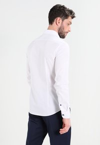 Pier One - CONTRAST BUTTON SLIMFIT - Shirt - white/blue - 2