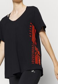 ONLY Play - ONPALIDA LIFE V-NECK TEE - Print T-shirt - black/fiery coral